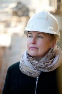 LJM direktorei, Olgai Žalienei dažnai tenka keisti kitus galvos apdangalus... šalmu. Nuotrauka - A. Mažūno